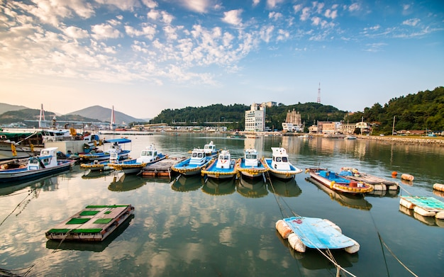 Belle vue des bateaux de stationnement à la plage de yeosu, corée du sud. Photo Premium