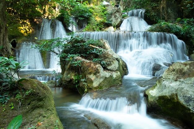 Belle vue sur la cascade de pha tak, parc national de khao laem dans la province de kanchanaburi, Photo Premium