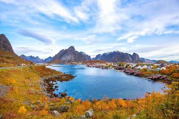 Belle vue colorée du paysage de reine dans les îles lofoten Photo Premium