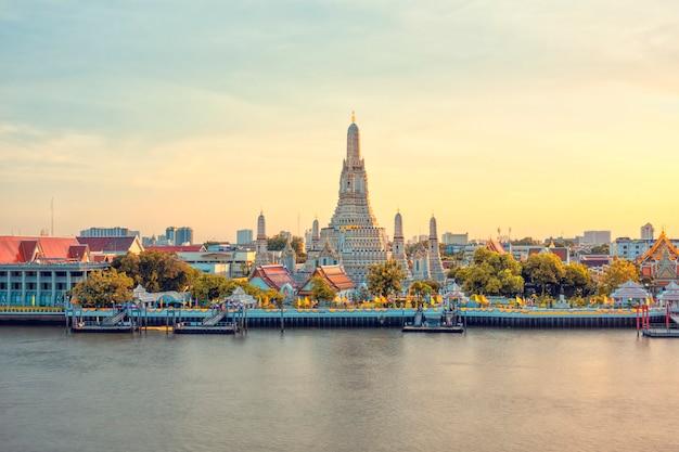 Belle vue du temple wat arun au coucher du soleil à bangkok, thaïlande Photo Premium