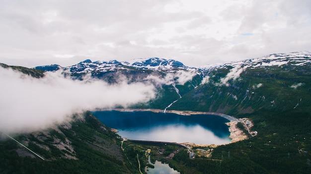 Belle Vue Dynamique D'été Sur La Célèbre Place Touristique Norvégienne - Trolltunga, La Langue Des Trolls Avec Un Lac Et Des Montagnes, Norvège, Odda. Photo Premium