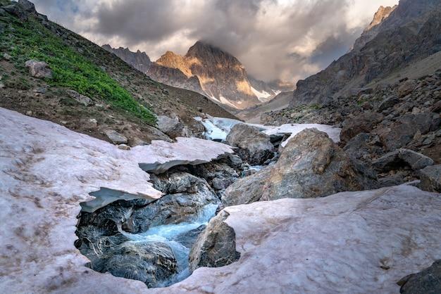 La Belle Vue Sur Le Glacier Gelé Et La Rivière Kaznok Au Pic De Zmeya Dans Les Montagnes Fann Au Tadjikistan Photo Premium