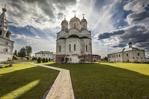Belle Vue Sur Le Monastère Luzhetsky De Saint-ferapont Capturé à Mozhaisk, Russie Photo gratuit