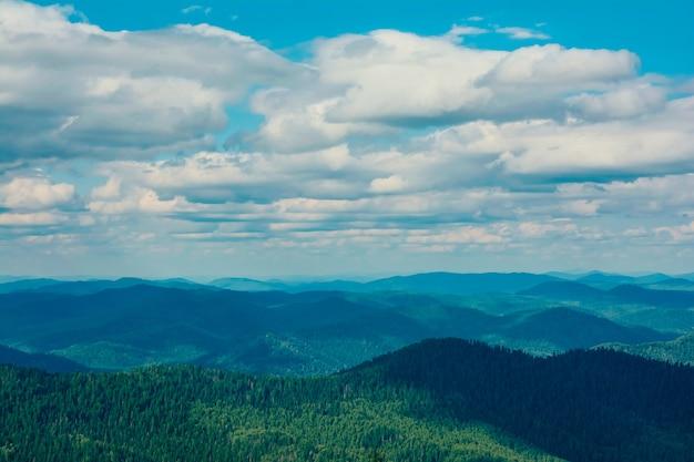 Belle Vue Sur Les Montagnes Et Le Ciel En été Photo Premium