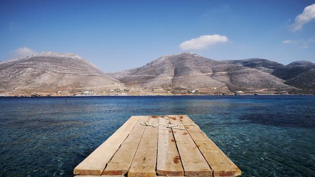 Belle Vue Sur Nikouria Avec Quai En Bois Et Montagnes Sur L'île D'amorgos Photo gratuit