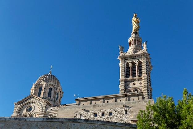 Belle Vue Sur Notre Dame De La Garde à Marseille Contre Un Ciel Bleu Lumineux Sur Une Journée Ensoleillée. Photo Premium