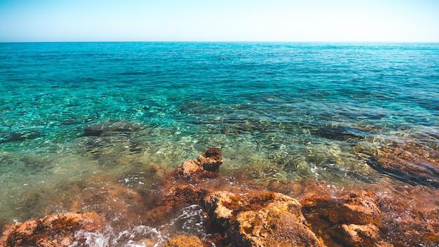Belle Vue Sur L'océan Bleu Clair Capturé Depuis Le Rivage En Grèce Photo gratuit