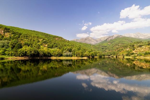 Belle vue panoramique sur un lac entouré de montagnes verdoyantes Photo Premium