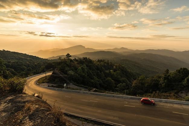 Belle vue panoramique sur le parc national de doi inthanon, incroyable lever de soleil derrière les montagnes. Photo Premium