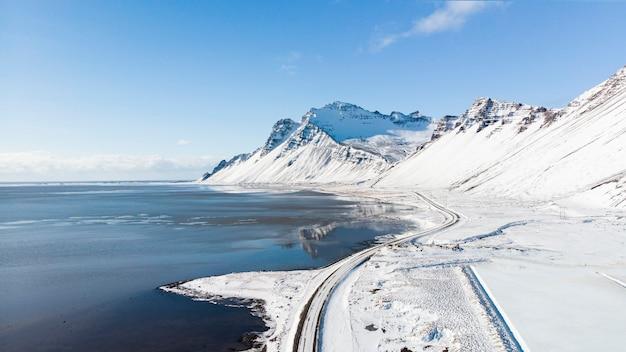 Belle Vue Et Paysage D'hiver Avec Montagne Enneigée En Islande. Photo Premium