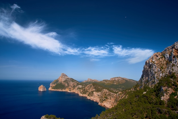 Belle vue romantique sur la mer et les montagnes. cap de formentor - côte de majorque, espagne - europe. Photo Premium
