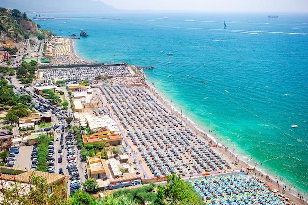 Belle vue sur vietri sul mare, la première ville de la côte amalfitaine, avec le golfe de salerne, en campanie Photo Premium
