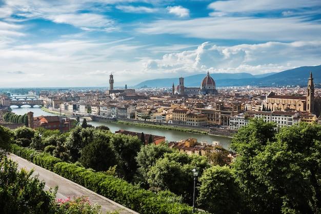 Belle vue sur la ville de florence et la cathédrale de santa maria del fiore. florence, italie Photo Premium