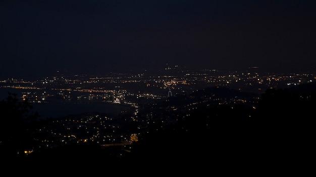 Belle vue sur la ville la nuit d'une grande hauteur depuis les montagnes Photo gratuit