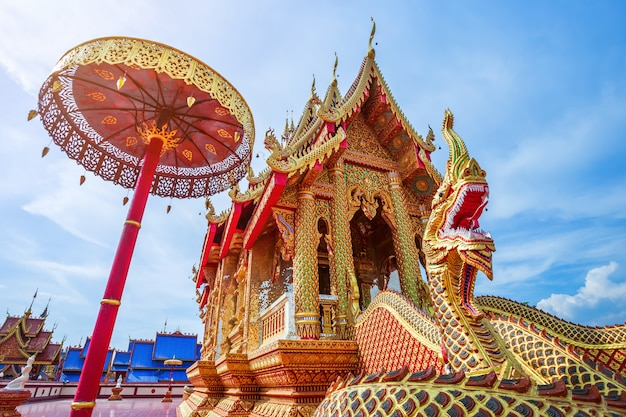 La belle de wat pipatmongkol est un temple bouddhiste Photo Premium