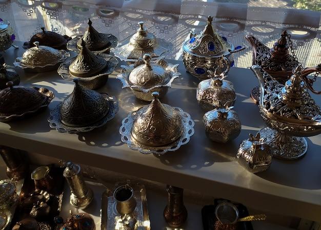 Belles Assiettes En Laiton En Métal Tatar De Crimée Avec Chasse Aux Bonbons Et Au Café Photo Premium