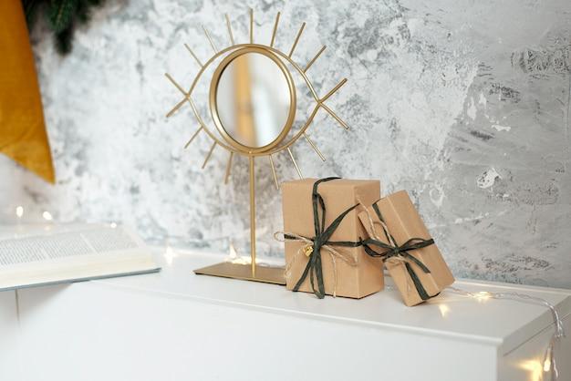 Belles Boîtes-cadeaux De Noël Sur Le Sol Près De Sapin Dans La Chambre Photo Premium