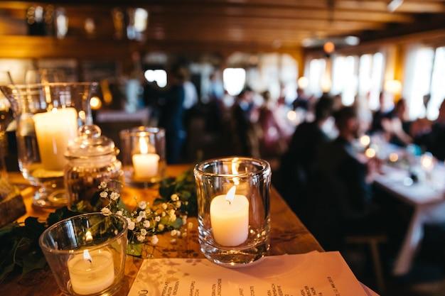 De belles bougies au restaurant Photo gratuit
