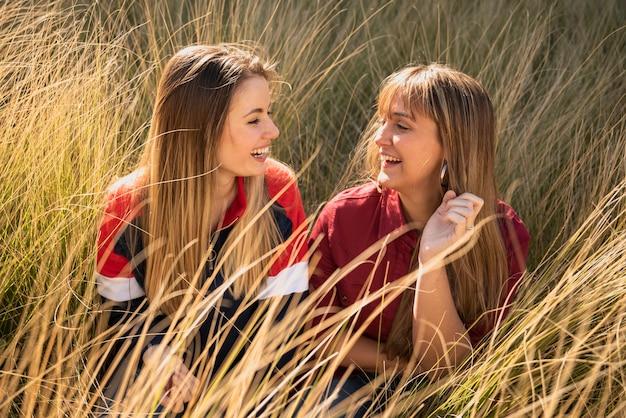 Belles femelles assis sur l'herbe Photo gratuit