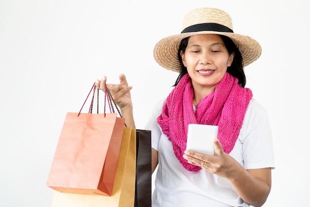 Belles femmes asiatiques portant des chapeaux de paille et un foulard rose heureux et souriant, Photo Premium