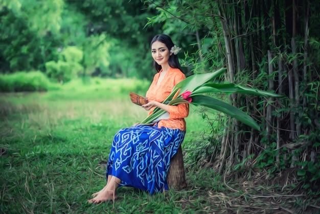 Belles femmes balinaises en costumes traditionnels, culture de l'île de bali et de l'indonésie Photo Premium