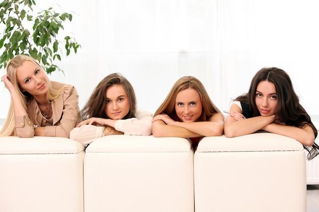 Belles femmes caucasiennes posant à la maison Photo gratuit