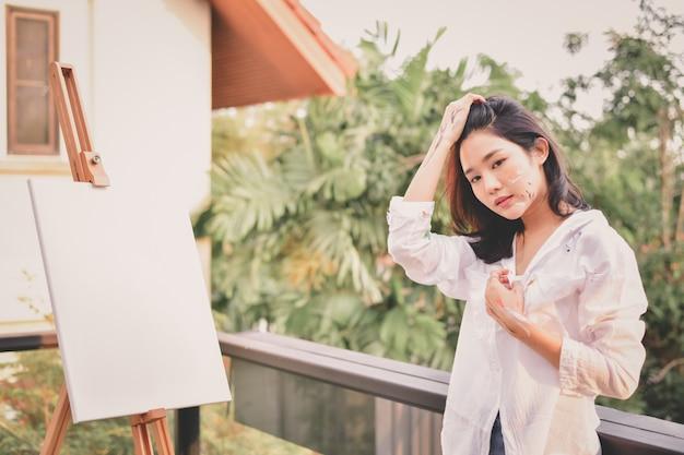 Belles femmes créant de l'art Photo Premium