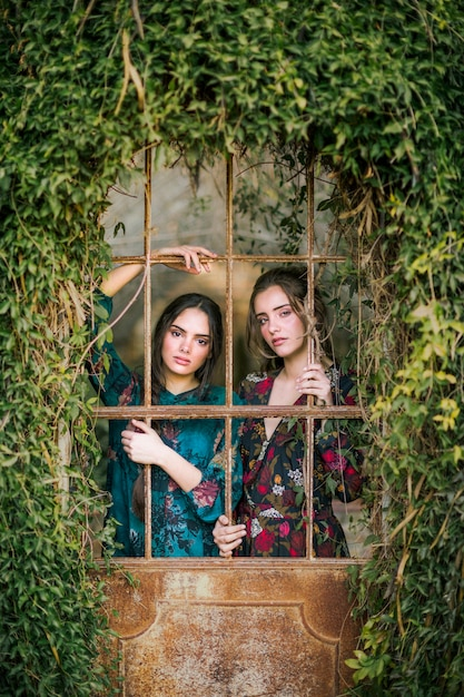 Belles femmes avec un environnement naturel Photo gratuit
