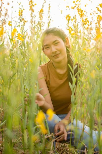 Belles femmes avec fleur crotalaria Photo Premium