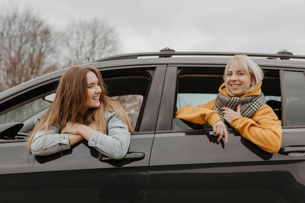 Belles femmes par la fenêtre de la voiture Photo gratuit