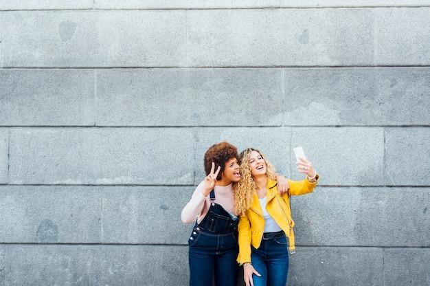 Belles Femmes Prenant Un Autoportrait Dans La Rue. Concept Lgtb Photo Premium
