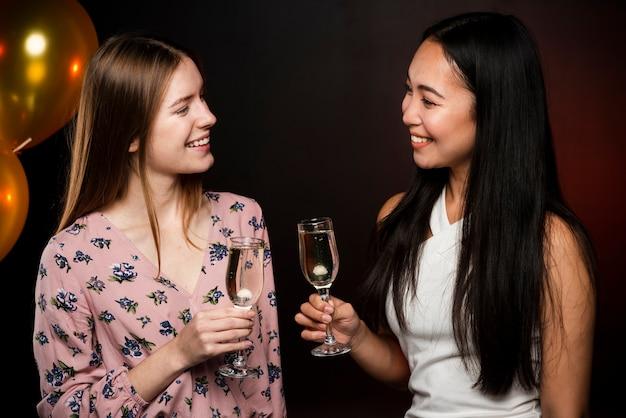 Belles Femmes Se Regardant Et Tenant Des Verres De Champagne Photo gratuit