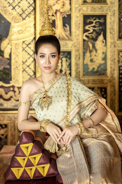De Belles Femmes Thaïlandaises S'habillent En Costumes Nationaux Traditionnels Thaïlandais. Photo Premium