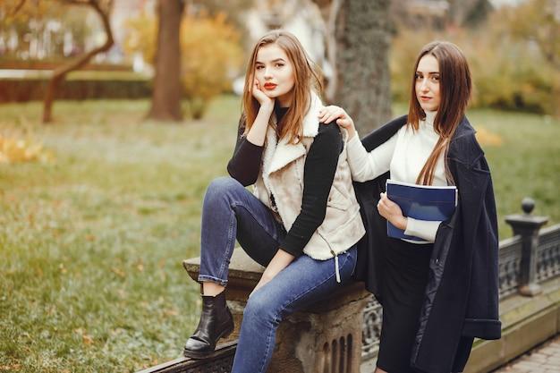 Belles filles dans une ville Photo gratuit