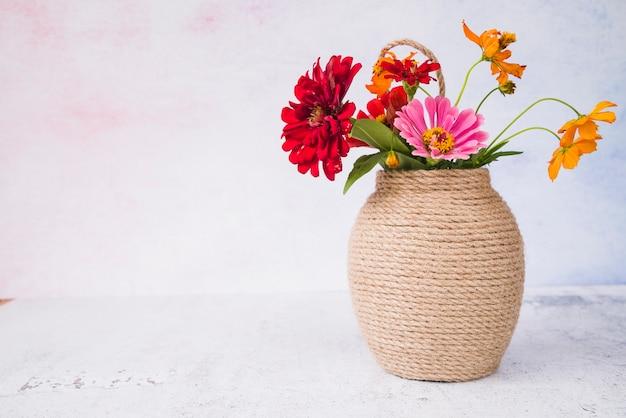 Belles fleurs dans le vase sur fond grunge Photo gratuit