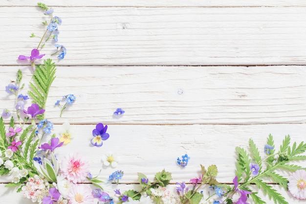 Belles Fleurs Sur Fond En Bois Photo Premium