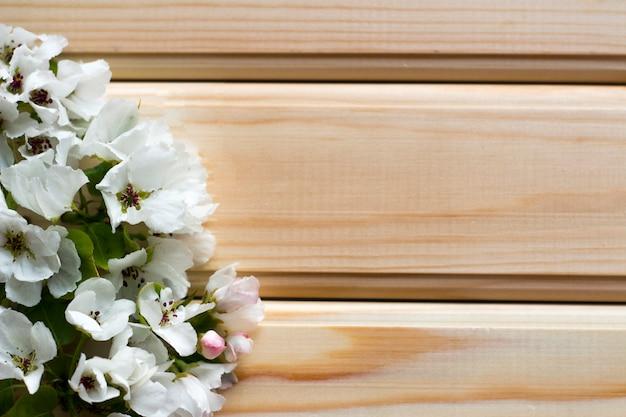 Belles fleurs sur une surface en bois Photo Premium