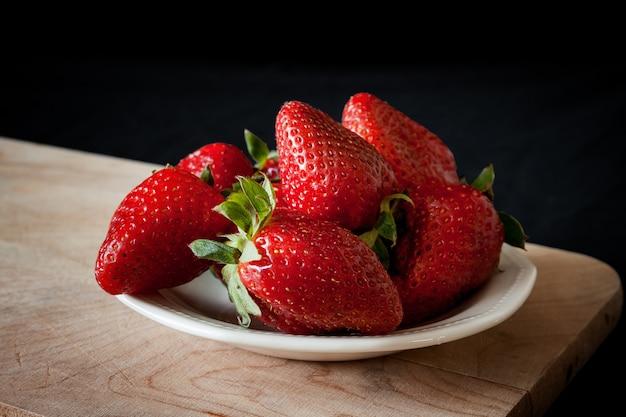 Belles fraises sur la table en bois Photo Premium