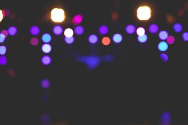 Belles Images D'arrière-plan De Bokeh De Différentes Lumières Sur Scène La Nuit. Photo Premium