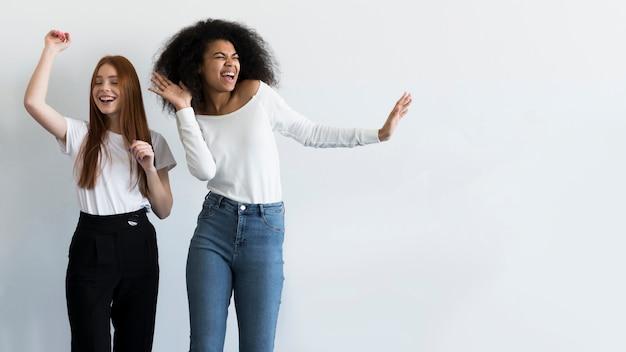 Belles Jeunes Femmes Dansant Ensemble Photo gratuit