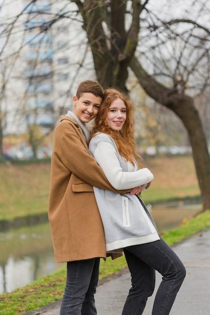 Belles Jeunes Femmes S'embrassant Photo gratuit