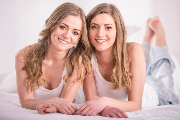 Belles jeunes filles en pyjama à la maison. Photo Premium