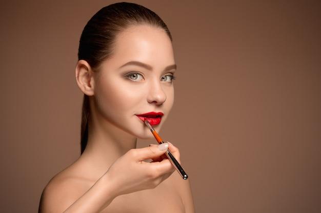 Belles Lèvres Féminines Avec Maquillage Et Pinceau Photo gratuit