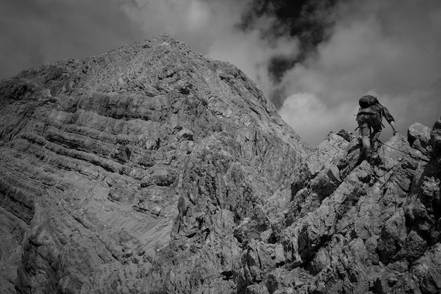 Belles Montagnes Et Collines Tournées En Noir Et Blanc Photo gratuit