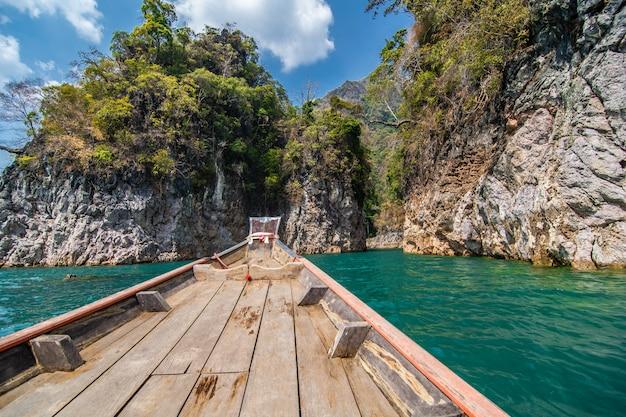 Belles Montagnes Dans Le Barrage De Ratchaprapha Au Parc National De Khao Sok, Province De Surat Thani, Thaïlande Photo gratuit