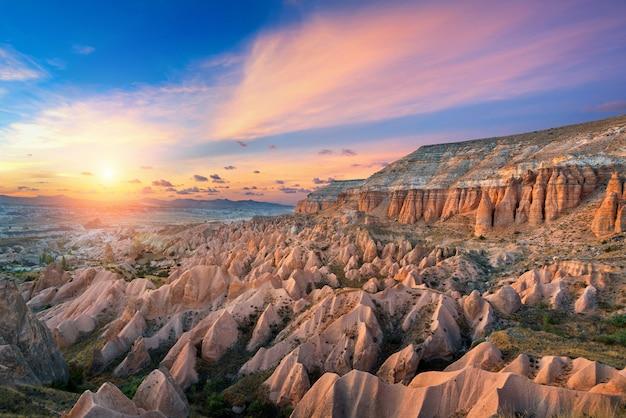 Belles Montagnes Et Vallée Rouge Au Coucher Du Soleil à Göreme, Cappadoce En Turquie. Photo gratuit