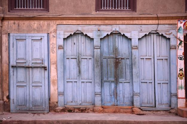 Belles Portes Et Fenêtres Classiques Dans La Maison Natale Du Népal Photo Premium