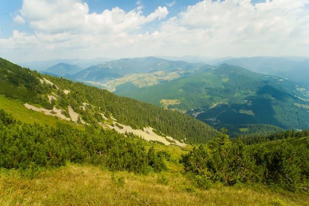 Belles Prairies Sur Les Montagnes Photo gratuit
