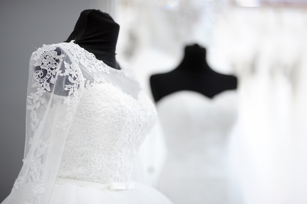 Belles robes de mariage sur un mannequin Photo Premium