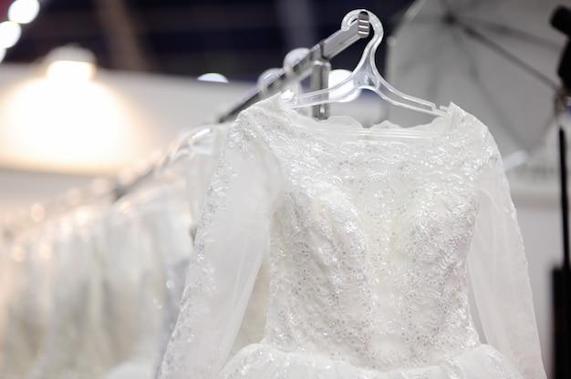 Belles robes de mariée ou robes de demoiselle d'honneur sur un mannequin. achats de mariage Photo Premium